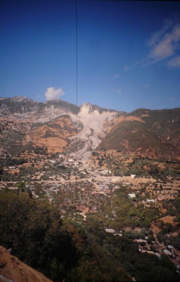 Felsrutsch durch Dorf.